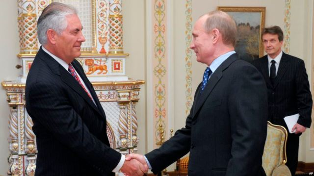 Presiden-Rusia-Vladimir-Putin-kanan-menerima-Rex-Tillerson-ketika-itu-masih-menjabat-CEO-Exxon-Mobil-di-pinggiran-Moskow-16-April-2012-foto-dok.